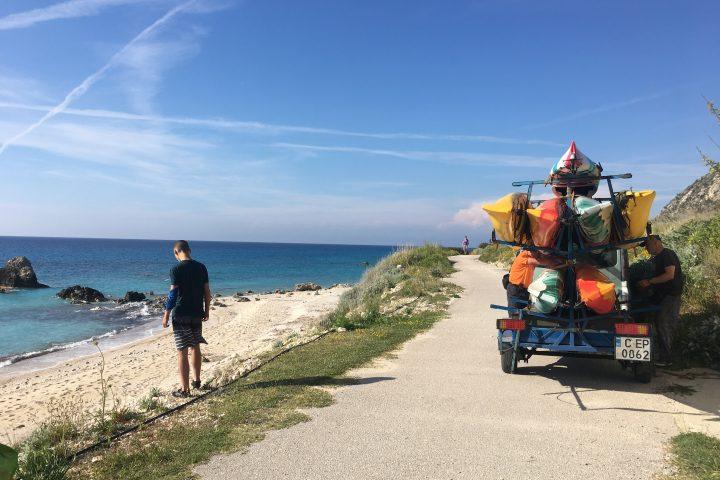 Капитаните ни заведоха до един невероятен плаж, където поживеем диво 2 дни и да посрещнем Великден 2017
